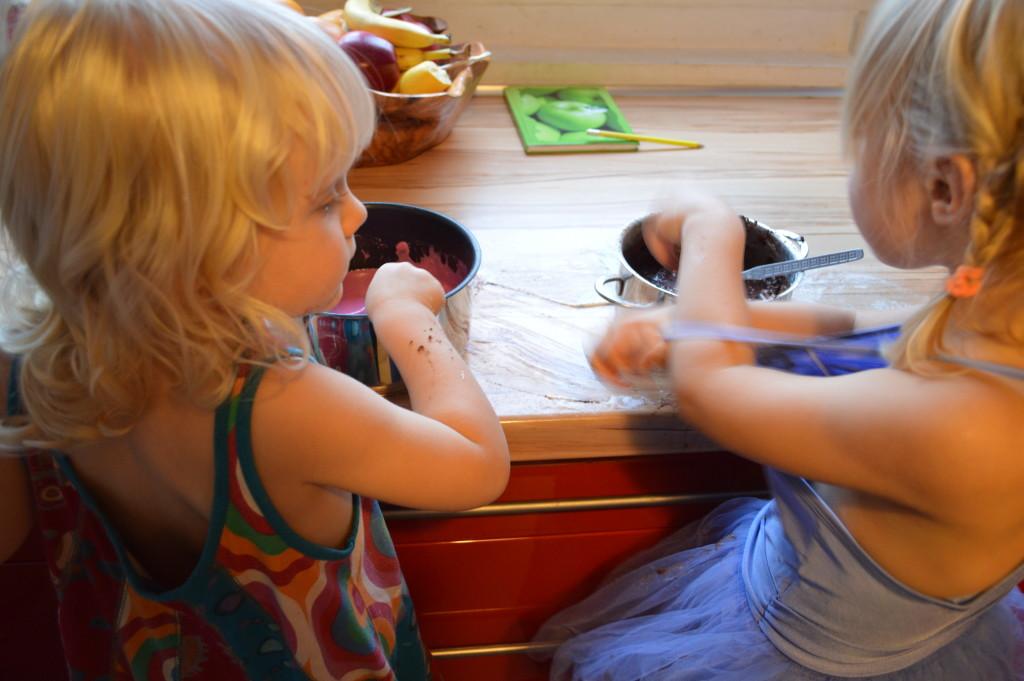 dzieci robią masę solną