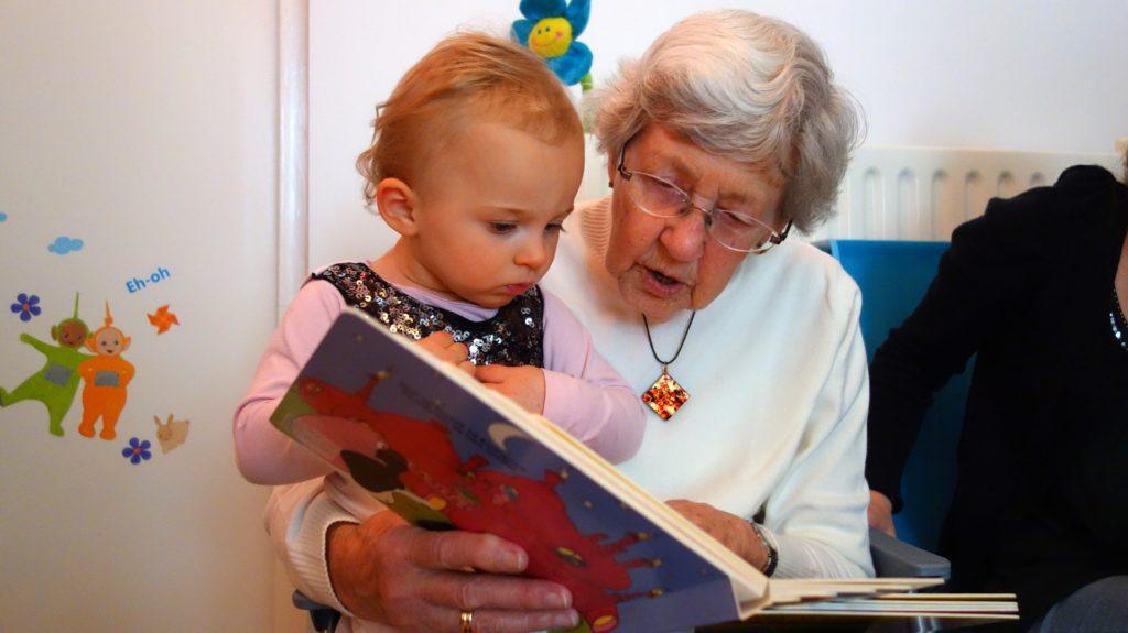 babcia czyta